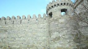 Sheher de Icheri em Baku azerbaijan Porta da fortaleza velha, entrada à cidade velha de Baku Baku, Azerbaijão Paredes da cidade v vídeos de arquivo