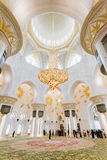 Sheikh εσωτερικό μουσουλμανικών τεμενών Zayed με το μεγάλο πολυέλαιο κρυστάλλου και την αραβική διακόσμηση γεωμετρίας, το μεγάλο  Στοκ εικόνα με δικαίωμα ελεύθερης χρήσης