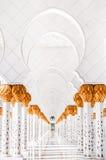 Sheikh διάδρομος μουσουλμανικών τεμενών ` s Zayed, άσπρα archs Στοκ Εικόνες