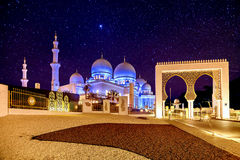 Sheikh μεγάλο μουσουλμανικό τέμενος Zayed στο Αμπού Ντάμπι, Ε.Α.Ε. τη νύχτα Στοκ φωτογραφία με δικαίωμα ελεύθερης χρήσης