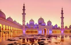 Sheikh μεγάλο μουσουλμανικό τέμενος Zayed στο σούρουπο στο Αμπού Ντάμπι, Ε.Α.Ε. Στοκ εικόνα με δικαίωμα ελεύθερης χρήσης