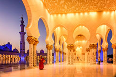 Sheikh μεγάλο μουσουλμανικό τέμενος Zayed στο σούρουπο στο Αμπού Ντάμπι, Ε.Α.Ε. Στοκ Εικόνα
