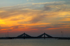 Sheikh Isa Bin Salman vägbankbro under solnedgång Arkivfoton