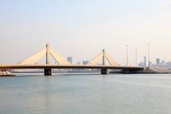 Sheikh Isa Causeway Bridge i Bahrain Royaltyfri Foto