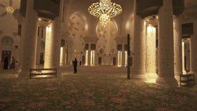 Sheikh Zayed Grand Mosque è una delle sei più grandi moschee nel video del metraggio delle scorte mondiali video d archivio