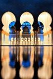 Sheikh Zayed Grand Mosque in Abu Dhabi bij Schemer Royalty-vrije Stock Afbeelding