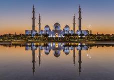 Sheikh Zayed Grand Mosque Abu Dhabi på solnedgången royaltyfria foton
