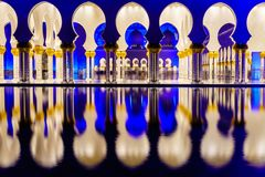 Sheikh Zayed Grand Mosque bij nacht stock foto's