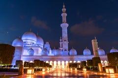 Sheikh Zayed Grand Mosque Centre Abu Dhabi belichtet nachts mit blauer Farbe Die weißen Terrassen Lizenzfreie Stockbilder