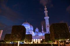 Sheikh Zayed Grand Mosque Centre Abu Dhabi belichtet nachts mit blauer Farbe Die weißen Terrassen Lizenzfreies Stockfoto