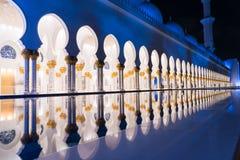 Sheikh Zayed Grand Mosque Centre Abu Dhabi belichtet nachts mit blauer Farbe Die weißen Terrassen Stockfoto