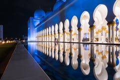 Sheikh Zayed Grand Mosque Centre Abu Dhabi belichtet nachts mit blauer Farbe Die weißen Terrassen Stockfotografie