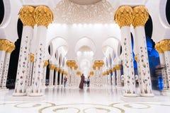 Sheikh Zayed Grand Mosque Centre Abu Dhabi belichtet nachts mit blauer Farbe Die weißen Terrassen Lizenzfreie Stockfotos