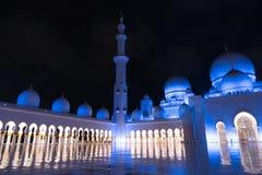 Sheikh Zayed Grand Mosque Centre Abu Dhabi belichtet nachts mit blauer Farbe Die weißen Terrassen Lizenzfreie Stockfotografie