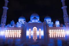 Sheikh Zayed Grand Mosque Centre Abu Dhabi belichtet nachts mit blauer Farbe Die weißen Terrassen Lizenzfreies Stockbild