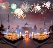 Sheikh Zayed Grand Mosque contra o fogo de artifício em Abu Dhabi, Emiratos Árabes Unidos foto de stock royalty free