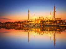 Sheikh Zayed Grand Mosque an der Dämmerung, Abu Dhabi Stockfoto