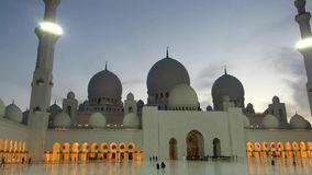 Sheikh Zayed Grand Mosque em Abu Dhabi, vista no por do sol filme
