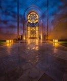 Sheikh Zayed Grand Mosque en Abu Dhabi avec de belles réflexions de la lumière Image stock