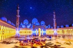 Sheikh Zayed Grand Mosque en Abu Dhabi, UAE en la noche Fotos de archivo libres de regalías
