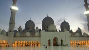 Sheikh Zayed Grand Mosque en Abu Dhabi, visión en la puesta del sol metrajes