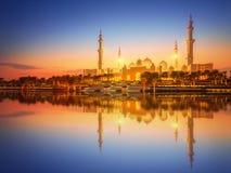 Sheikh Zayed Grand Mosque en la oscuridad, Abu Dhabi foto de archivo