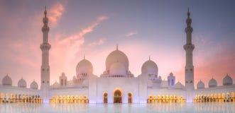 Sheikh Zayed Grand Mosque en la puesta del sol Abu Dhabi, UAE fotos de archivo