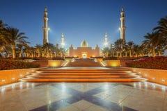 Sheikh Zayed Grand Mosque en la puesta del sol Abu Dhabi, UAE fotos de archivo libres de regalías
