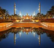 Sheikh Zayed Grand Mosque en la puesta del sol Abu Dhabi, UAE foto de archivo