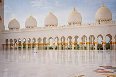 Sheikh Zayed Grand Mosque et un homme Image stock