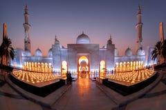 Sheikh Zayed Grand Mosque gegen Sonnenuntergang in Abu Dhabi, Vereinigte Arabische Emirate Stockbild