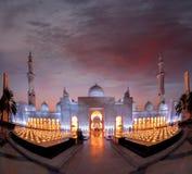 Sheikh Zayed Grand Mosque gegen Sonnenuntergang in Abu Dhabi, Vereinigte Arabische Emirate Lizenzfreie Stockfotografie
