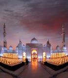 Sheikh Zayed Grand Mosque gegen Sonnenuntergang in Abu Dhabi, Vereinigte Arabische Emirate Lizenzfreies Stockbild