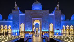 Sheikh Zayed Grand Mosque a illuminé au timelapse de nuit, Abu Dhabi, EAU clips vidéos
