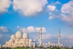 Sheikh Zayed Grand Mosque mit Vögeln, Abu Dhabi, Vereinigte Arabische Emirate Stockfotografie