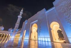 Sheikh Zayed Grand Mosque nachts in Abu Dhabi - UAE Stockfotos