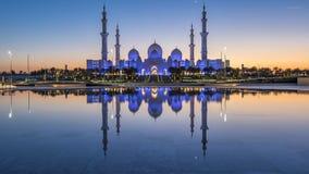 Sheikh Zayed Grand Mosque nel giorno di Abu Dhabi al timelapse dopo il tramonto, UAE di notte video d archivio