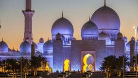 Sheikh Zayed Grand Mosque nel giorno di Abu Dhabi al timelapse dopo il tramonto, UAE di notte archivi video