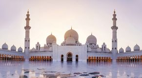 Sheikh Zayed Grand Mosque-Panoramablick an der Dämmerung Stockfotografie