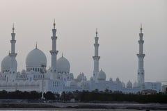 Sheikh Zayed Grand Mosque strabiliante un giorno di autunno dopo il tramonto in Abu Dhabi, la capitale dei UAE fotografia stock libera da diritti