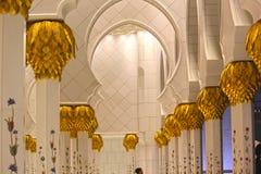 Sheikh Zayed Grand Mosque wordt gevestigd in Abu Dhabi binnen meningen Royalty-vrije Stock Foto's