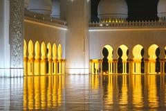 Sheikh Zayed Grand Mosque wordt gevestigd in Abu Dhabi binnen meningen Stock Afbeelding