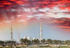Sheikh Zayed Mosque bei Sonnenuntergang in Abu Dhabi Panoramische Ansicht Stockbilder