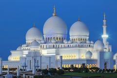 Sheikh Zayed Mosque bis zum Nacht Lizenzfreie Stockfotos