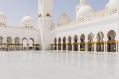 Sheikh Zayed Mosque Corridor mit arabischer Geometrie-Dekoration, die große großartige Marmorierungmoschee bei Abu Dhabi, UAE Stockbild