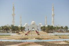 Sheikh Zayed Mosque in der Front, die große großartige Marmorierungmoschee bei Abu Dhabi, UAE Lizenzfreie Stockfotografie