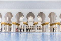 Sheikh Zayed Mosque Left Corridor con lo stagno, la grande grande moschea di marmo ad Abu Dhabi, UAE immagini stock