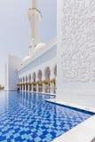 Sheikh Zayed Mosque Left Corridor con lo stagno, la grande grande moschea di marmo ad Abu Dhabi, UAE fotografia stock
