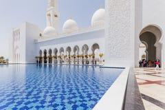 Sheikh Zayed Mosque Left Corridor con lo stagno, la grande grande moschea di marmo ad Abu Dhabi, UAE immagine stock libera da diritti