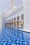 Sheikh Zayed Mosque Left Corridor con lo stagno, la grande grande moschea di marmo ad Abu Dhabi, UAE fotografie stock libere da diritti